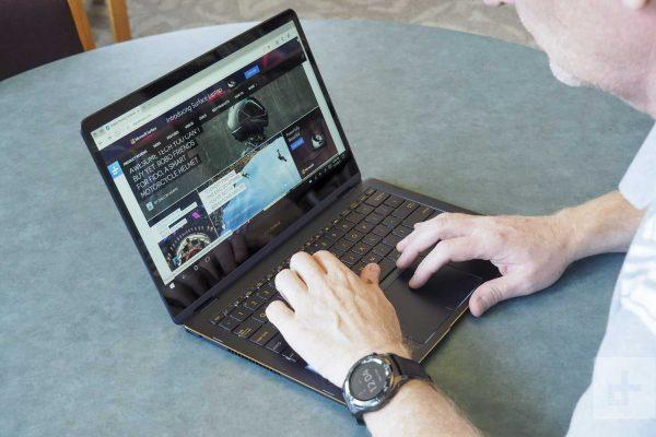 Laptop Asus Zenbook Flip S UX370UA có đèn bàn phím hiện đại (Nguồn: digitaltrends.com)