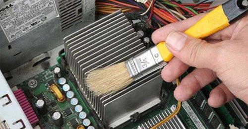 Dùng cọ để quét hay dụng cụ thổi khí nén để làm sạch bụi bên trong máy tính.